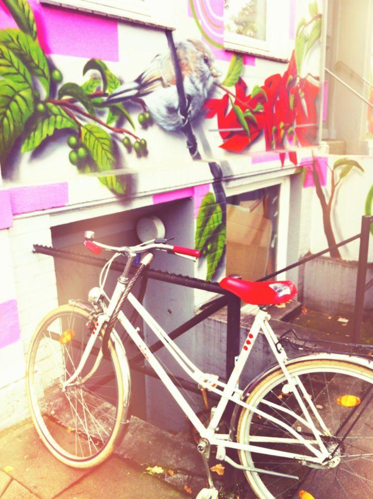 Fahrrad mit rotem Sattel Streetart Hamburg