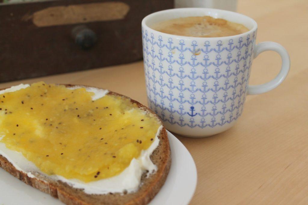 Viel Kaffee und Marmelade