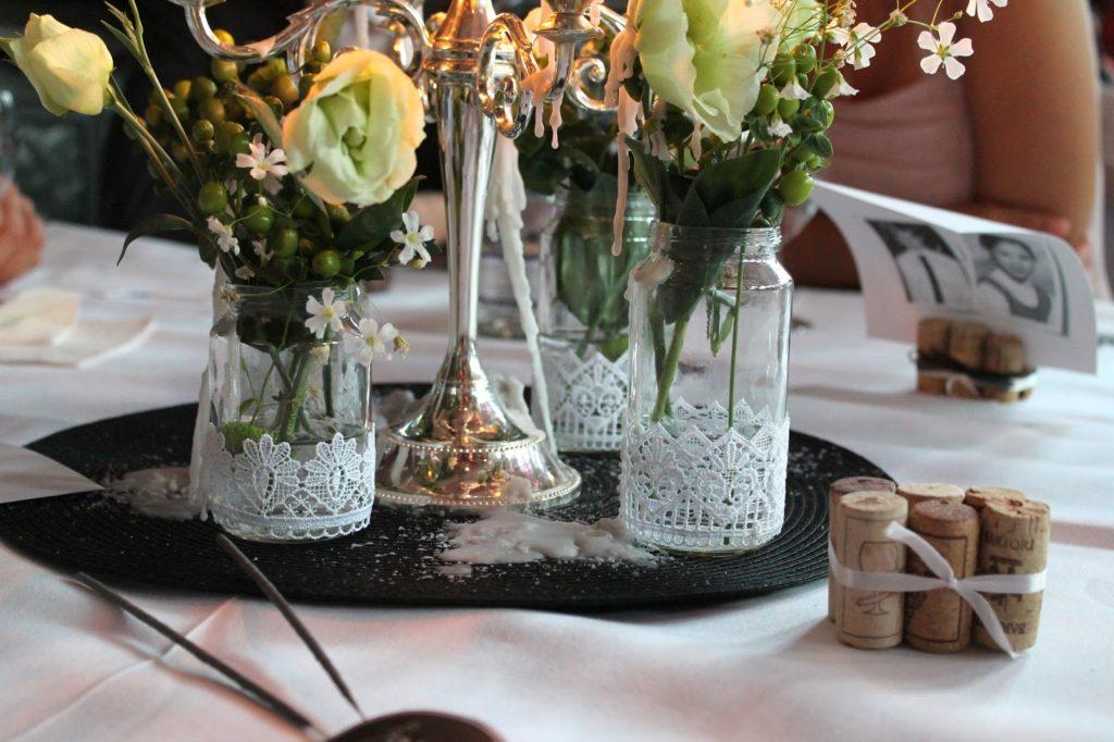 Tischdeko Hochzeit Glaeser Spitze und Menuekarte