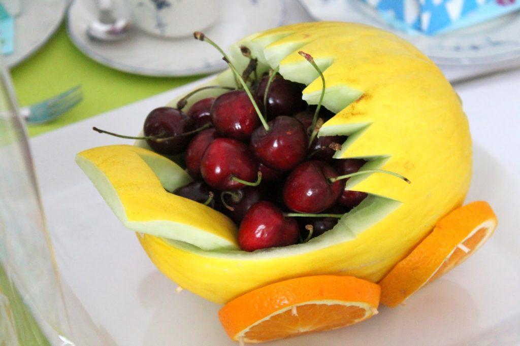 Kinderwagen aus Melone mit Obst