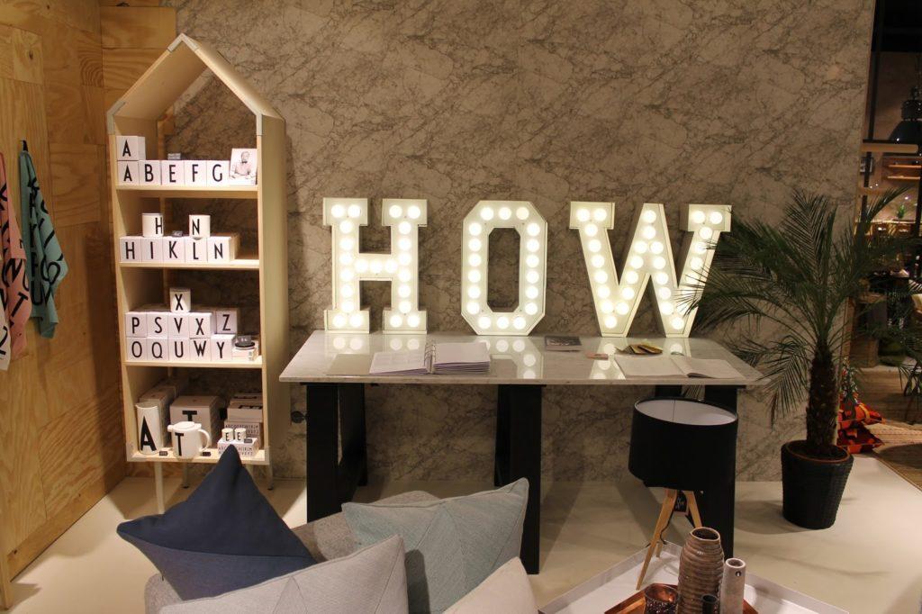 Leuchtbuchstaben How we live Koeln