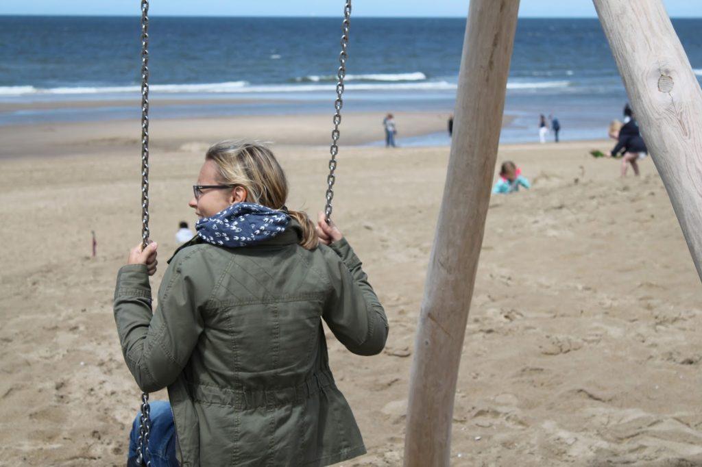 schaukel am strand noordwijk an zee