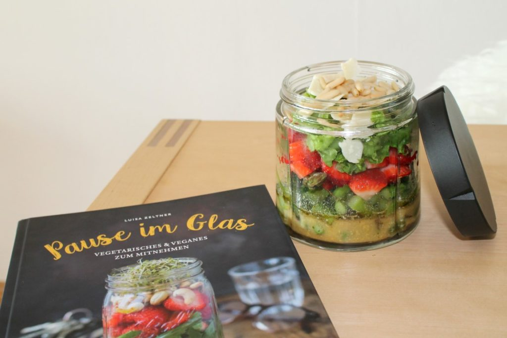 Pause im Glas Sommersalat im Glas Mittagspause Lunch Spargel-Erdbee