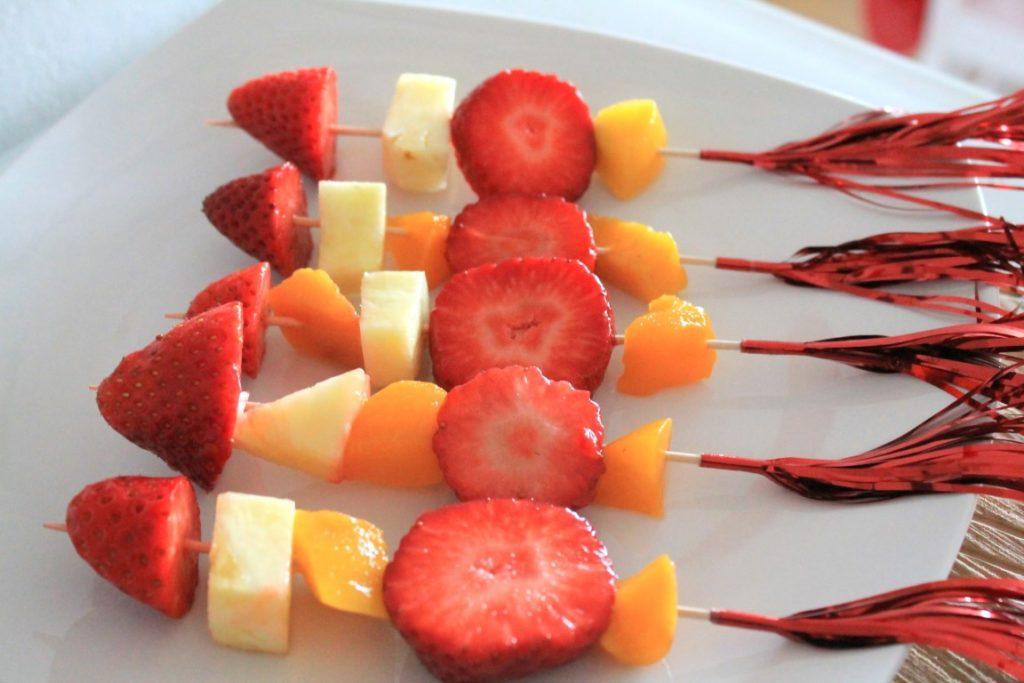 Feuerwehr Geburtstag Kindergeburtstag Feuerwehrmann Sam Jules kleines Freudenhaus Snacks Buffet Spiesse Obst