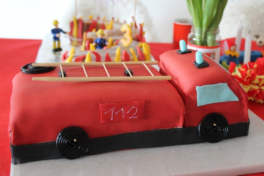 Feuerwehr Geburtstag Kindergeburtstag Feuerwehrmann Sam Jules kleines Freudenhaus Snacks Feuerwehrkuchen Jupiter Fuerwehrauto Kuchen