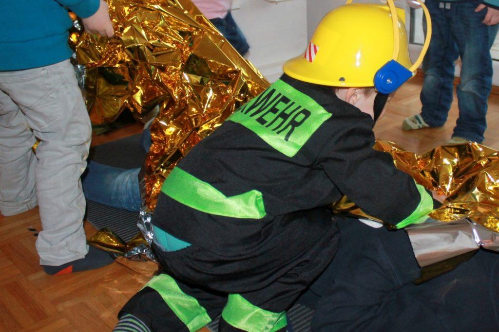 Feuerwehr Geburtstag Kindergeburtstag Feuerwehrmann Sam Jules kleines Freudenhaus Spielidee Rettungsdecke