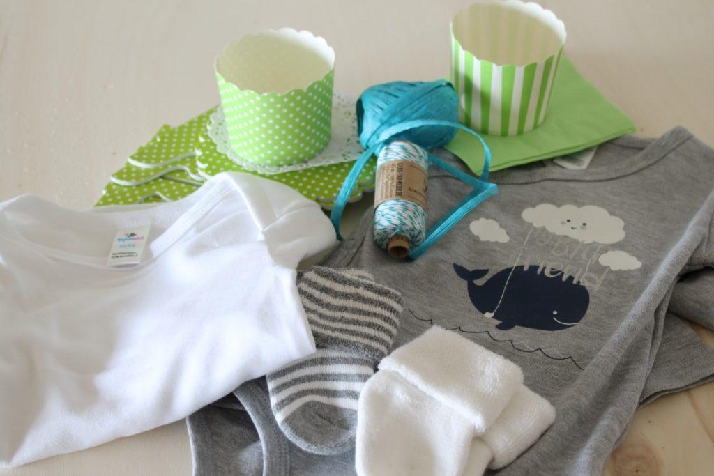 DIY Babymuffin Geschenk zur Geburt statt Windeltorte Material Babybody Socken
