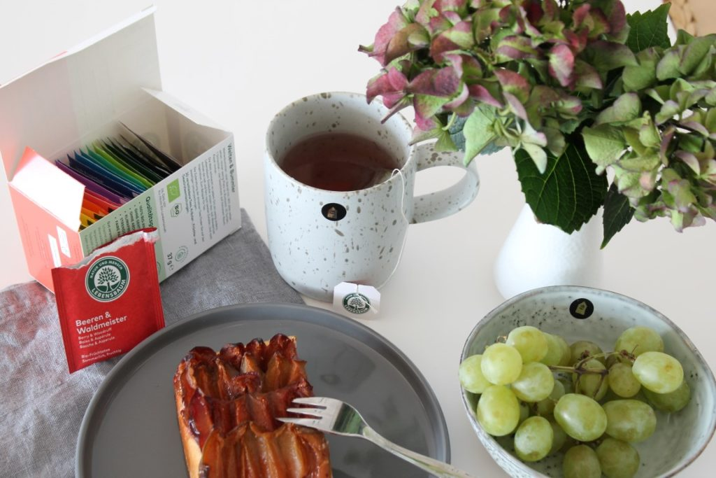 Glueckspaket zum Wochenende 6 Tee Pflaumenkuchen Hortensien Herbst Jules kleines Freudenhaus