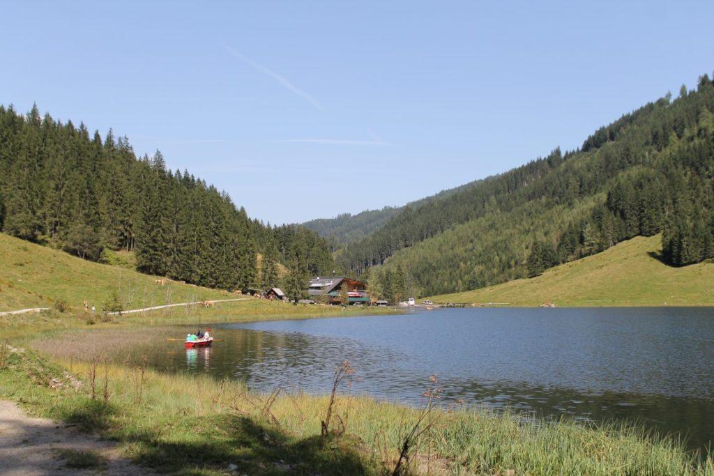 Steirischer Bodensee Aich bei Haus Schladming Dachstein Familienurlaub Oesterreich Jules kleines Freudenhaus