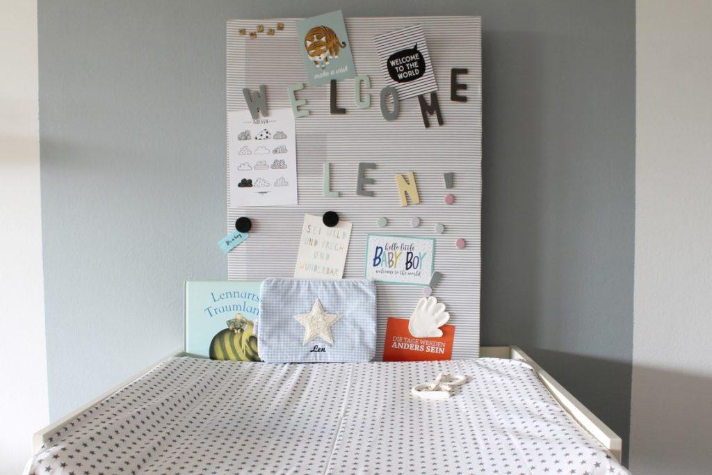 Wickeltisch Geburtskarten Magnetwand sakndinavisch schwarz weiss grau pastell Babyzimmer mit tausendkind und Jules kleines Freudenhaus