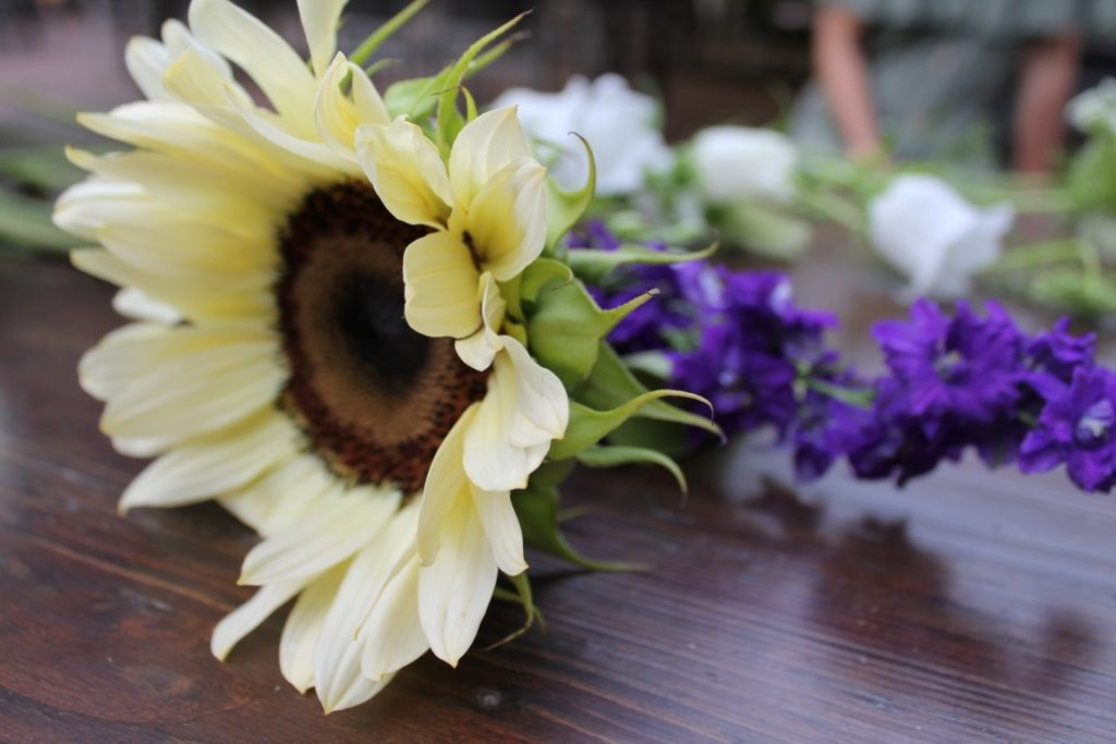 Schnittblumen Blumen Bouquet richtig arrangieren mit bloomon Strauss Workshop Jules kleines Freudenhaus