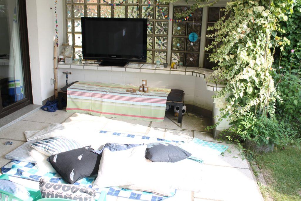 Open Air Kino Sommerferien Beschaeftigung mit Kindern Kinderkino draussen Garten Jules kleines Freudenhaus
