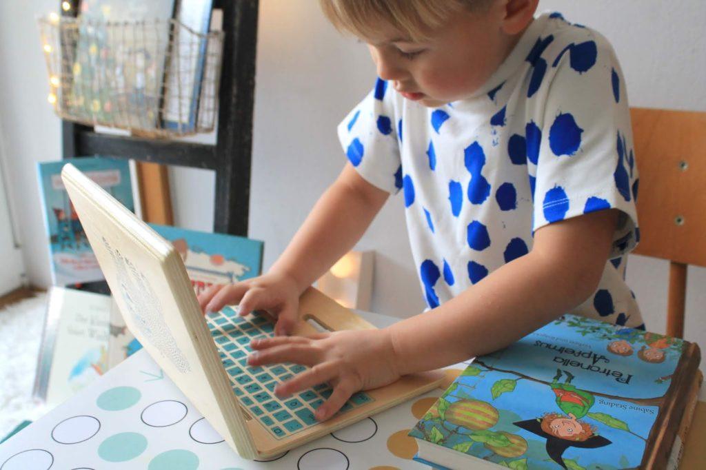 Buecherei spielen Kinder Holzspielzeug Weihnachten Laptop Bloomingville Concept Store tausendkind Jules kleines Freudenhaus