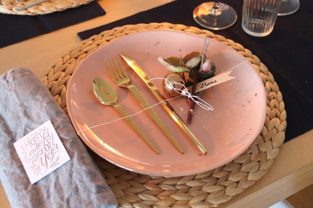 Teller eingepackt Weihnachtsdeko rosa gold dunkelblau mit Schneerosen Pink Frost Pretty in Pink Tischdekoration Weihnachten Jules kleines Freudenhaus