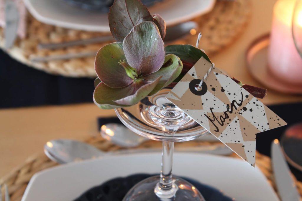 Weinglas Tischkarte Weihnachtsdeko rosa gold dunkelblau mit Schneerosen Pink Frost Pretty in Pink Tischdekoration Weihnachten Jules kleines Freudenhaus