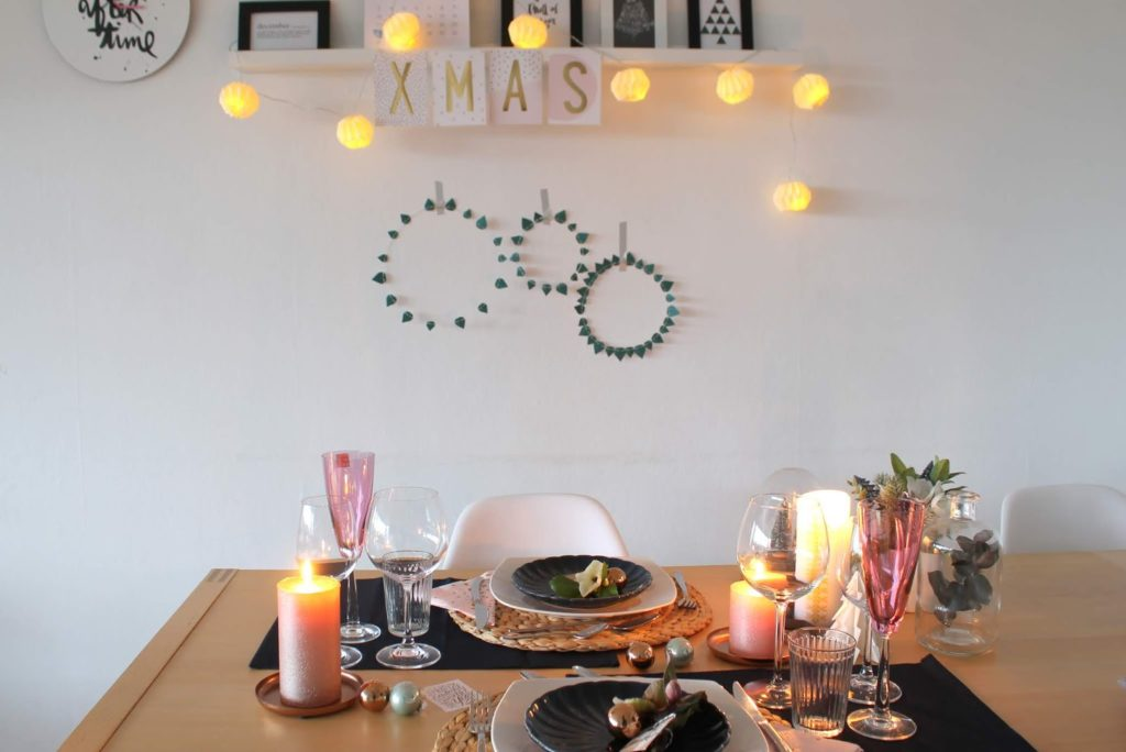 Weihnachtsdeko rosa gold dunkelblau mit Schneerosen Pink Frost Pretty in Pink Tischdekoration Weihnachten Jules kleines Freudenhaus