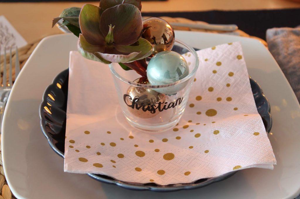 Vase als Tischkarte Handlettering Weihnachtsdeko rosa gold dunkelblau mit Schneerosen Pink Frost Pretty in Pink Tischdekoration Weihnachten Jules kleines Freudenhaus