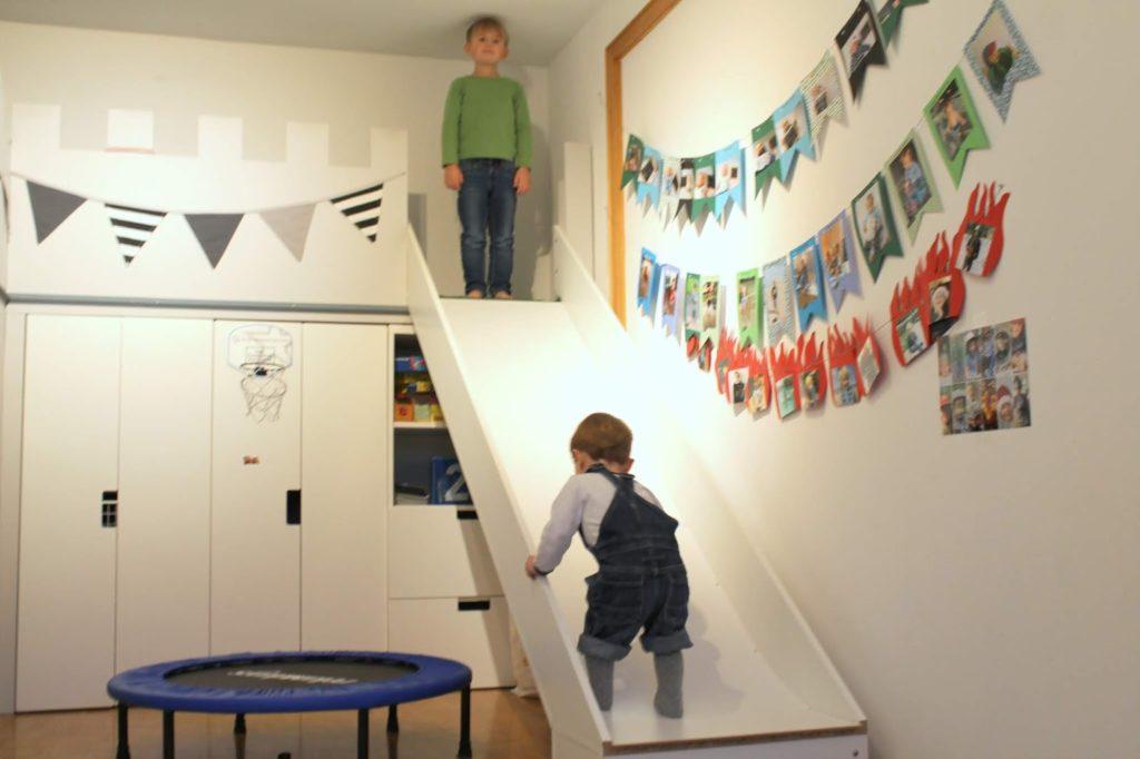 Toben Brueder im Winter Kinderzimmer Spielideen Hoehlen bauen Kuschelecke Spielideen im Winter Jules kleines Freudenhaus