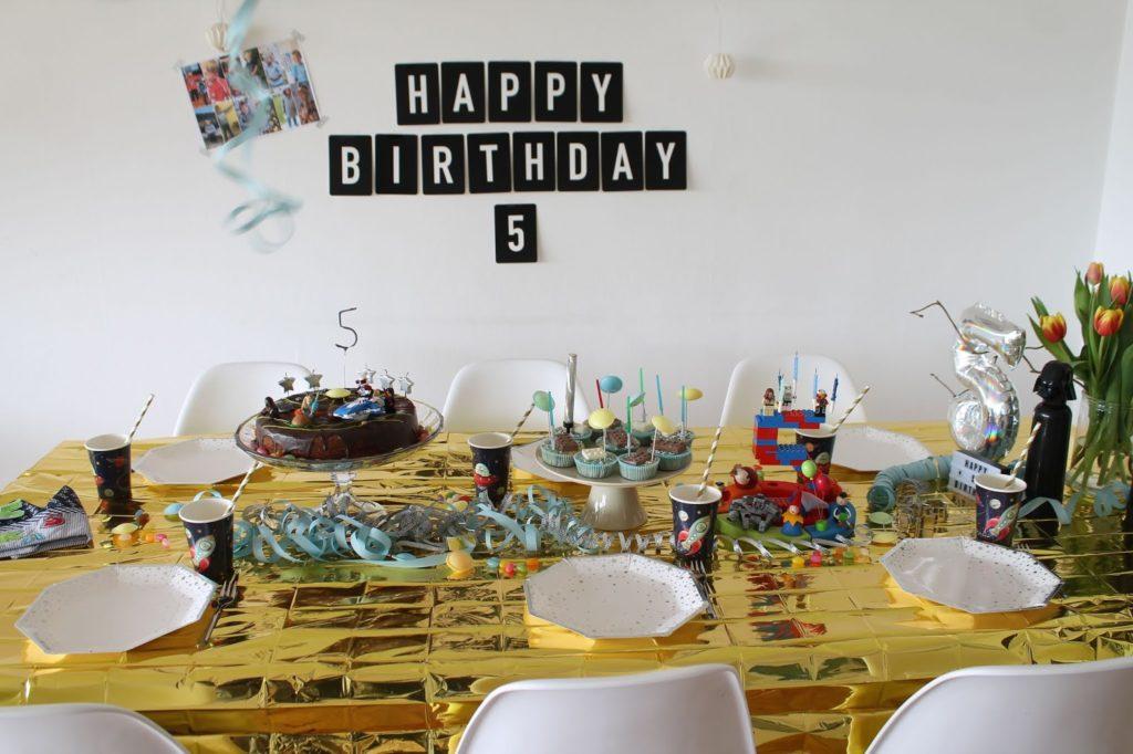 Geburtstagstisch Kindergeburtstag Deko LEGO Weltraum Party Jules kleines Freudenhaus