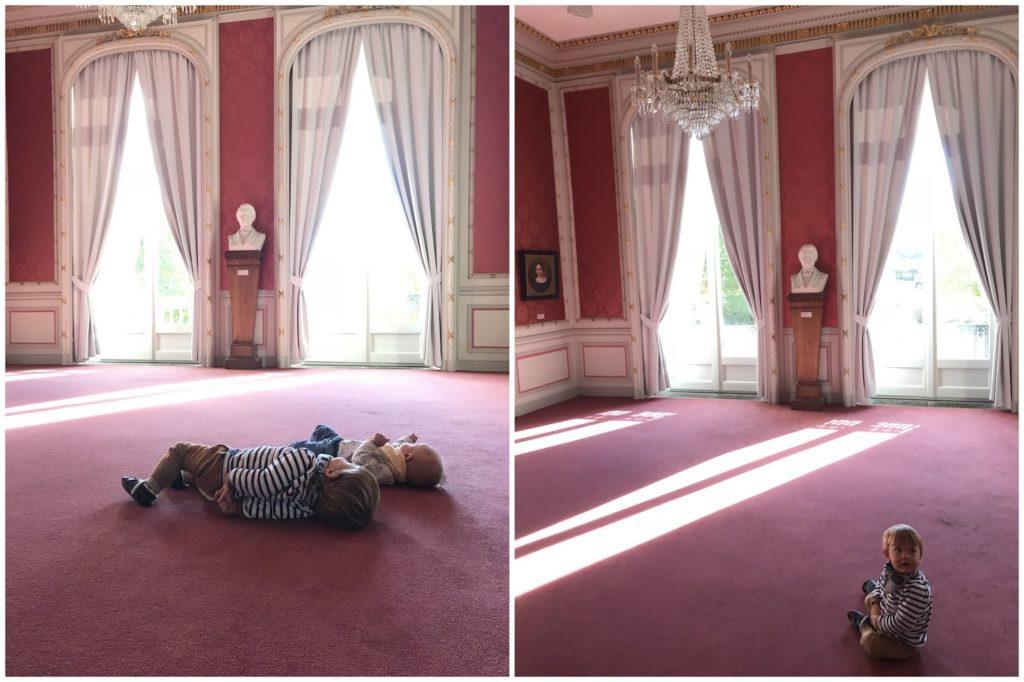 Roter Salon Villa Zanders mit Babys Baby in der Villa Zanders Jules kleines Freudenhaus