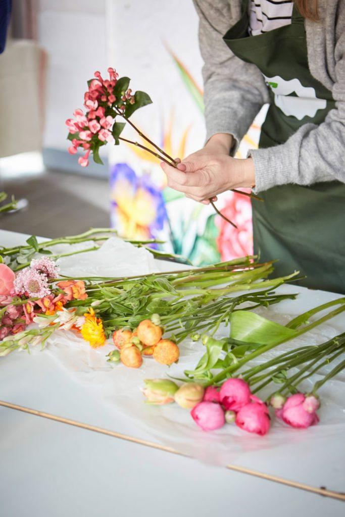 Strauss binden Ranunkeln Rosen Schleierkraut erste Pfingstrosen Blumenliebe Fruehlingsblumen 1000 gute Gruende Jules kleines Freudenhau