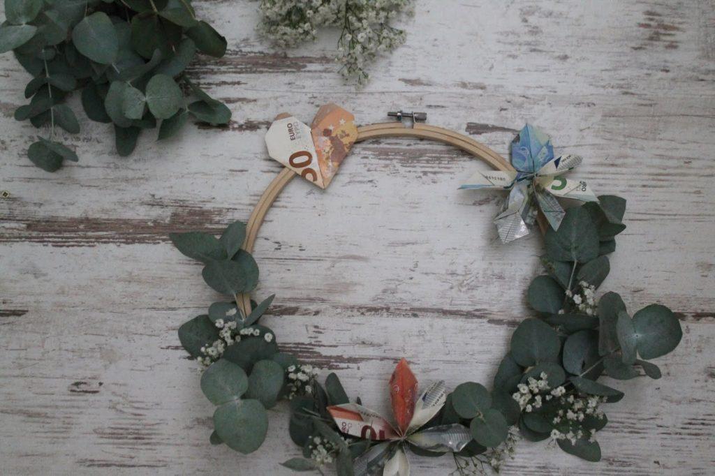 DIY Blumenkranz Stickrahmen Geldgeschenk Hochzeit Geburtstag Flower Power Eukalyptus Schleierkraut Jules kleines Freudenhaus