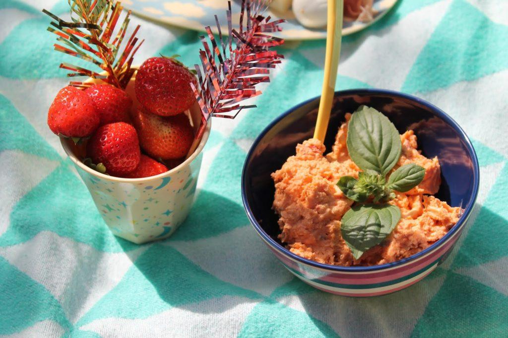Dips mit Erdbeeren Picknickideen Sommerkueche draussen mit Kindern Jules kleines Freudenhaus