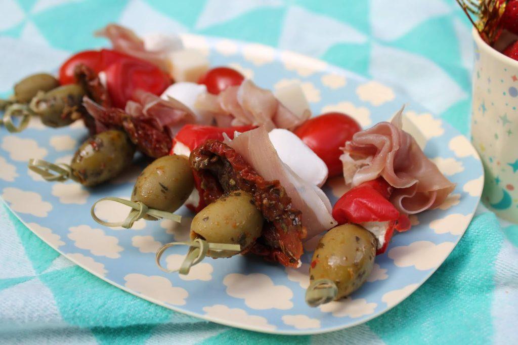 Antipasti-Spiesse Picknickideen Sommerkueche draussen mit Kindern Jules kleines Freudenhaus
