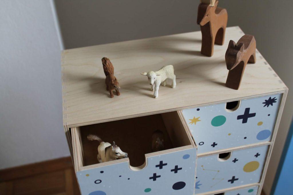 Tiere sortieren ohne Chaos Ordnung im Kinderzimmer Kommode IKEA Moppe Limmaland Jules kleines Freudenhaus