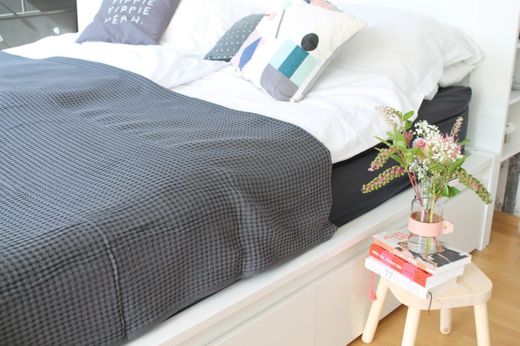 Blumen am Bett und Schlafzimmer Makeover eue Matratze im Test Jules kleines Freudenhaus