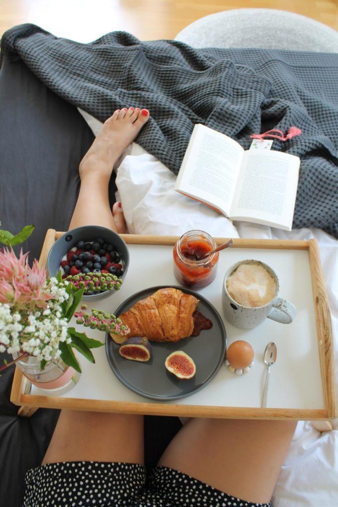 Sonntagsfruehstueck im Bett Pflaumen-Feigen-Marmelade Jules kleines Freudenhaus