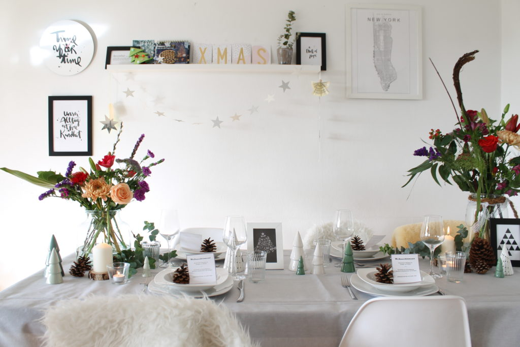 Skandinavishe TIschdeko mit Blumen