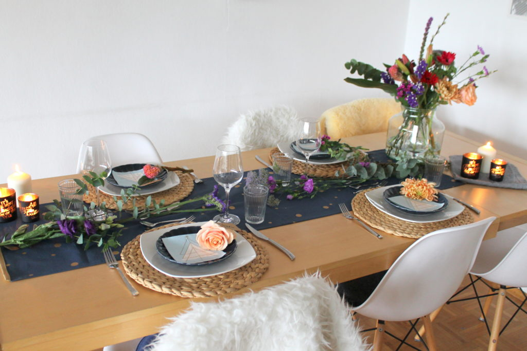 Tischdeko blau lila Blumen Weihnachten