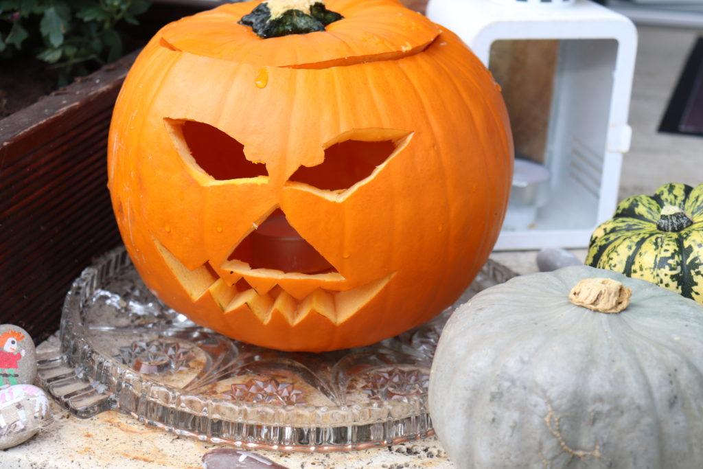 Kürbis schnitzen Halloween Grusel Monster
